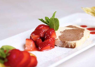 Eisparfait mit angemachten Erdbeeren