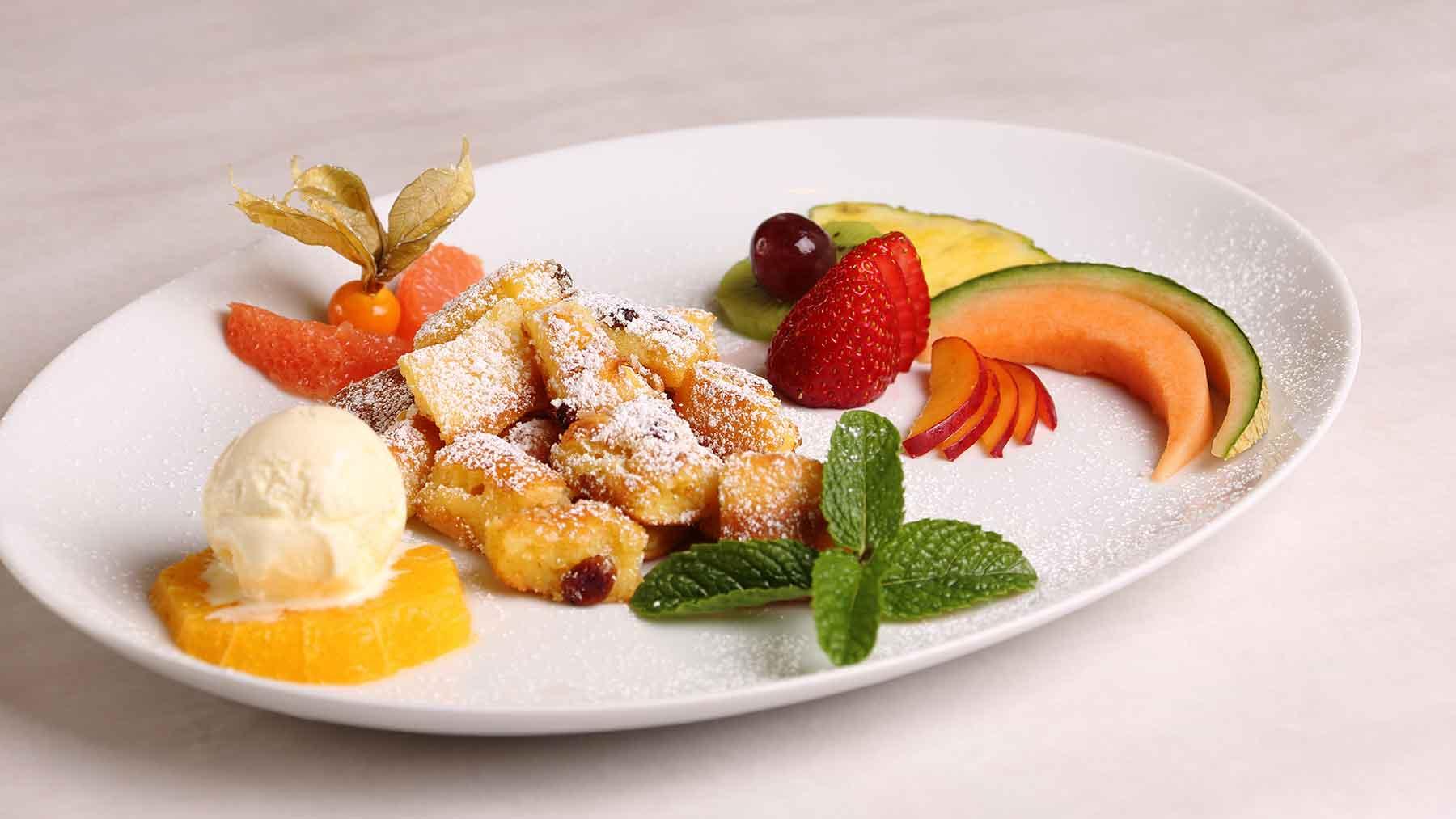 Kaiserschmarrn mit Vanilleeis und frischen Früchten
