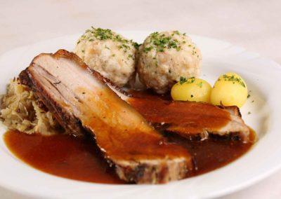 Spanferkelbraten mit Semmelknödel, Sauerkraut und Kartoffeln