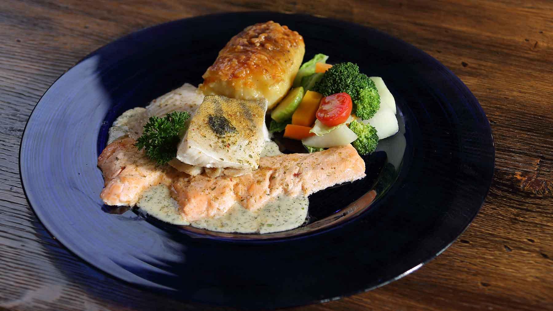 Vilstaler Hof Platte (3erlei Fisch) auf Kräutersoße, Kartoffelgratin und Gemüse