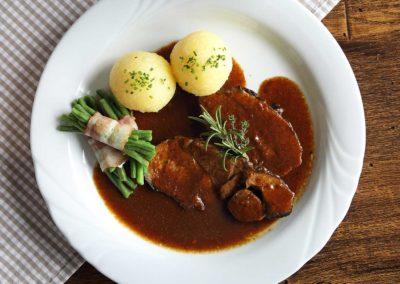 Lammbraten aus dem Vilstal aus eigner Soße mit Kartoffelknödel und Bohnenbünchen