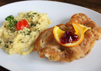 Rehschnitzel – aus eigner Jagd mit knuspriger Preiselbeerpanade dazu Kartoffelsalat