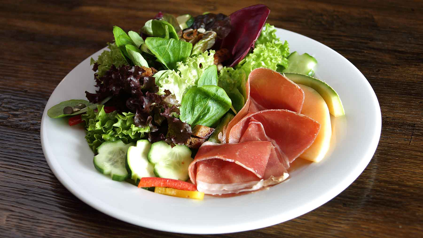 Vorspeisensalat mit Schinken und Melone