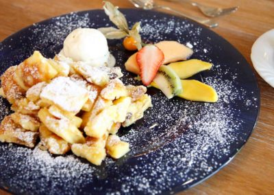 Wiener Kaiserschmarrn mit frischen Früchten und Vanilleeis